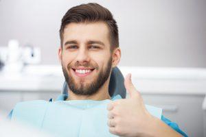 Implanty zębowe – wysokie koszty pięknego uśmiechu