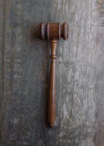 Egzekucja sądowa i egzekucja administracyjna – czym się różnią?