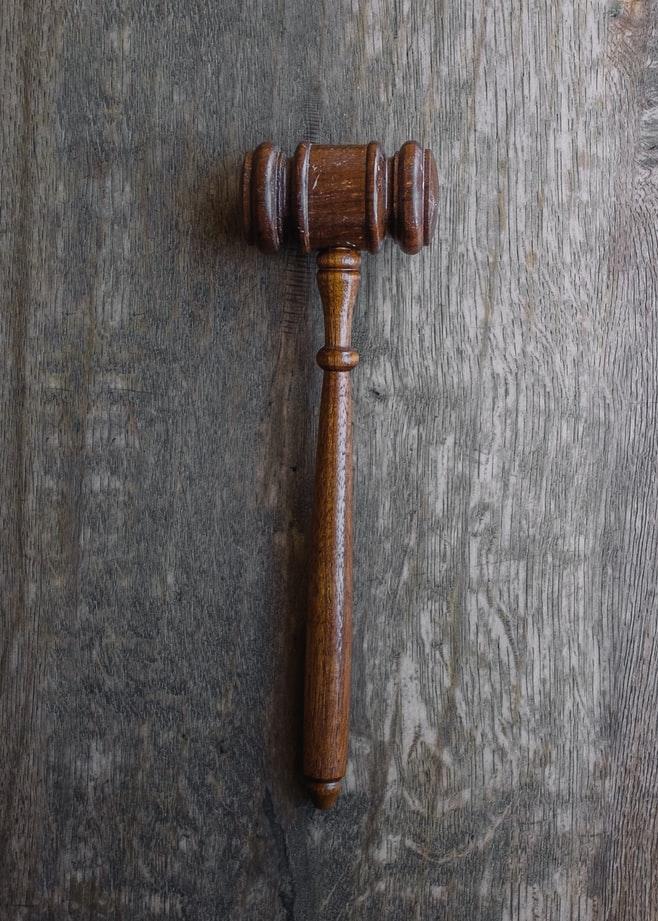 Egzekucja sądowa i egzekucja administracyjna - czym się różnią?