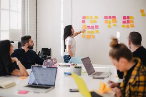 Jak zorganizować doskonałą imprezę firmową, i z jakich środków warto korzystać?